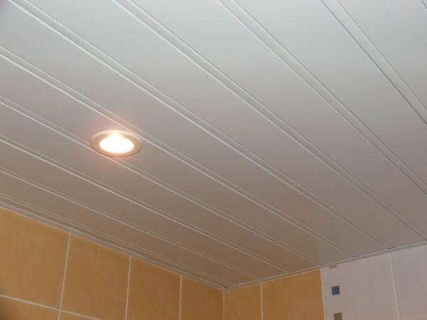 Подвесной реечный потолок закрытого типа