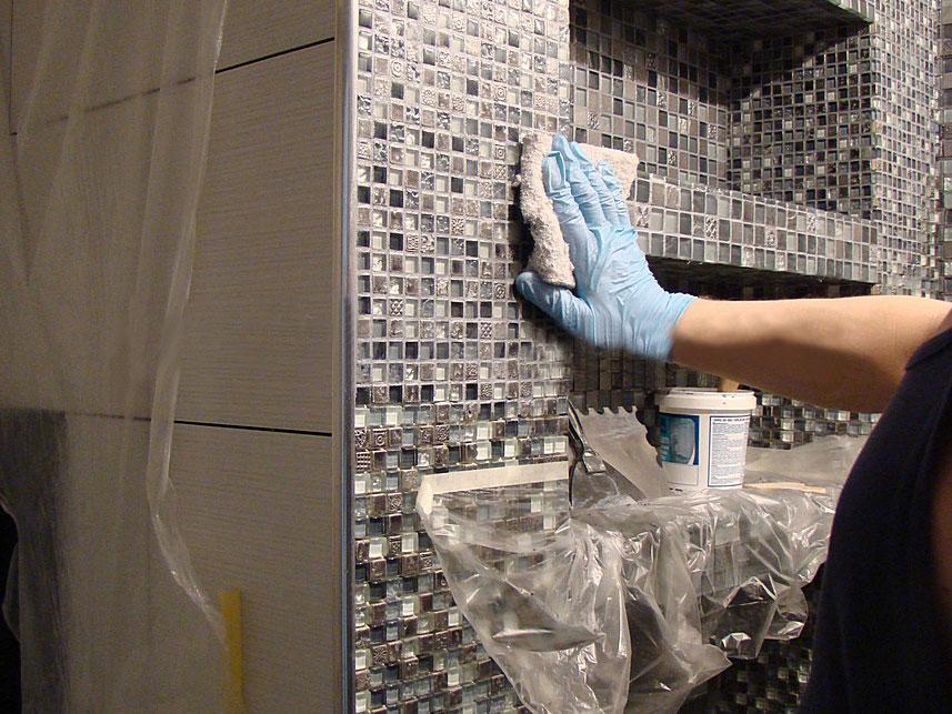Убирать клей следует сразу по завершению укладки плитки