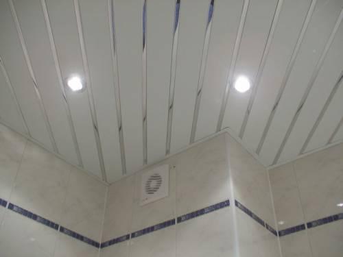 Потолок из реечных панелей