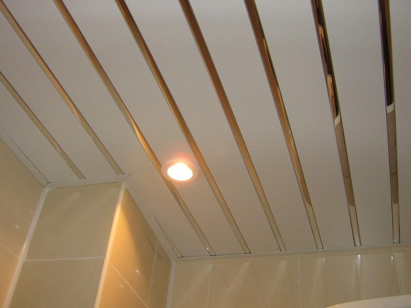 Реечный потолок со вставками прекрасно подходит для санузла