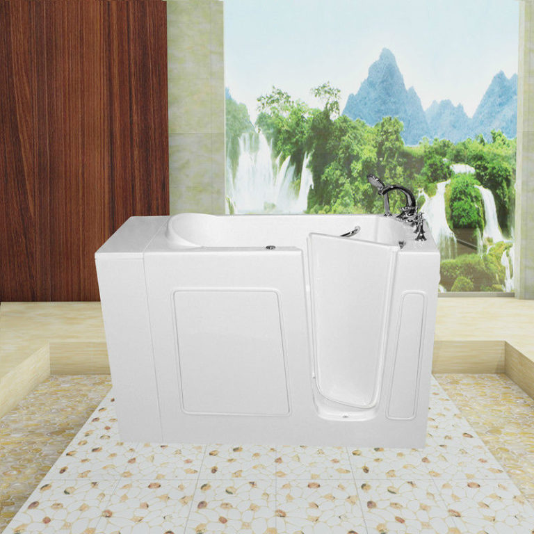 Сидячая ванна с дверцей в интерьере ванной комнаты