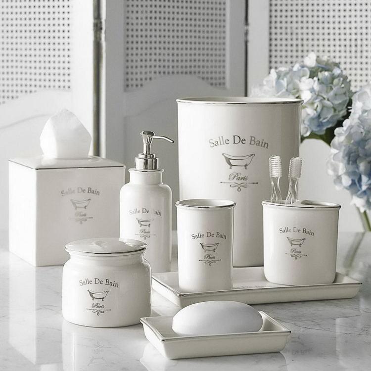 Белые принадлежности в ванной комнате