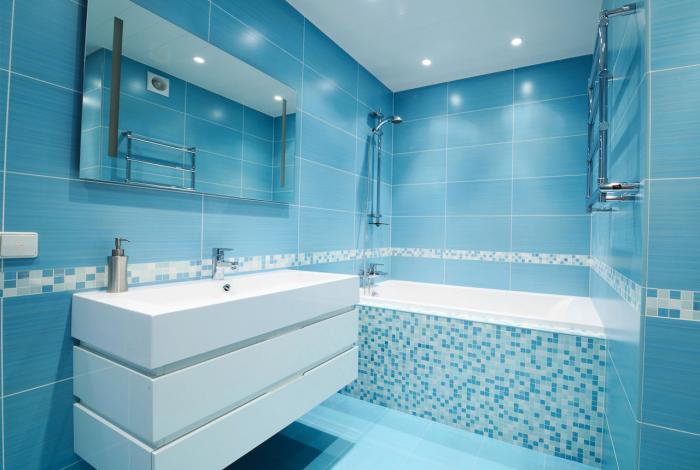 Голубые тона дтзайна плитки в ванной комнате 2018