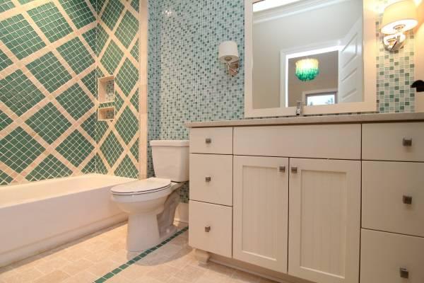 Красивый декор ванной комнаты плиткой