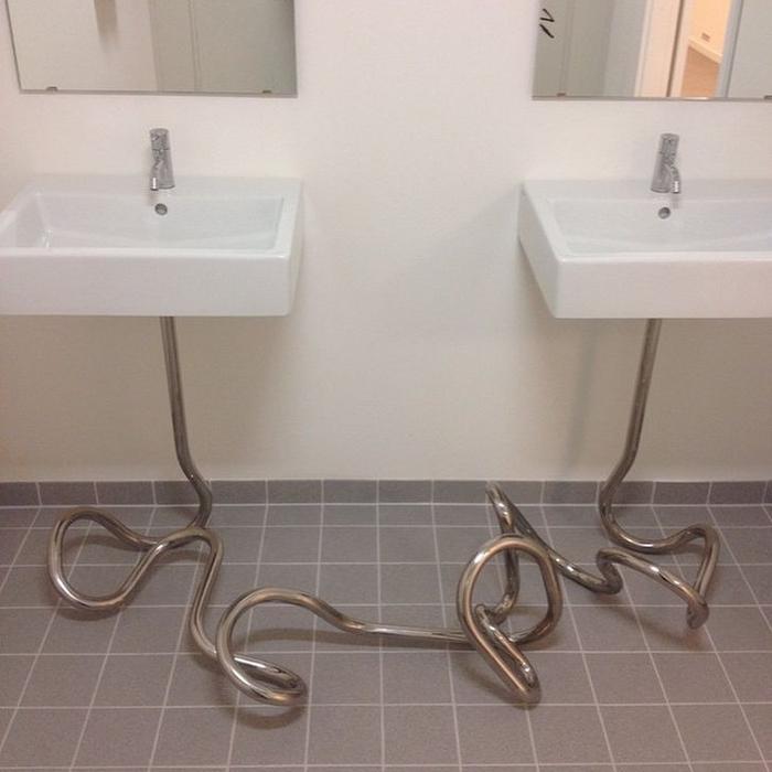 Креативная ножка для раковины в ванной комнате