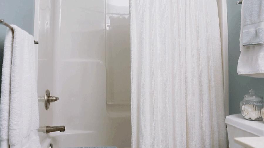Обычная тюль в ванной комнате