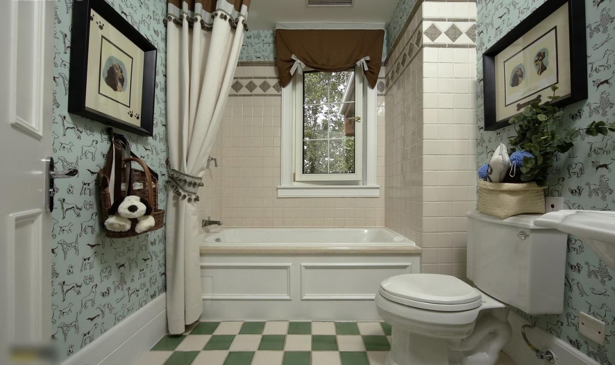 Оригинальная шторка как вариант декора ванной комнаты