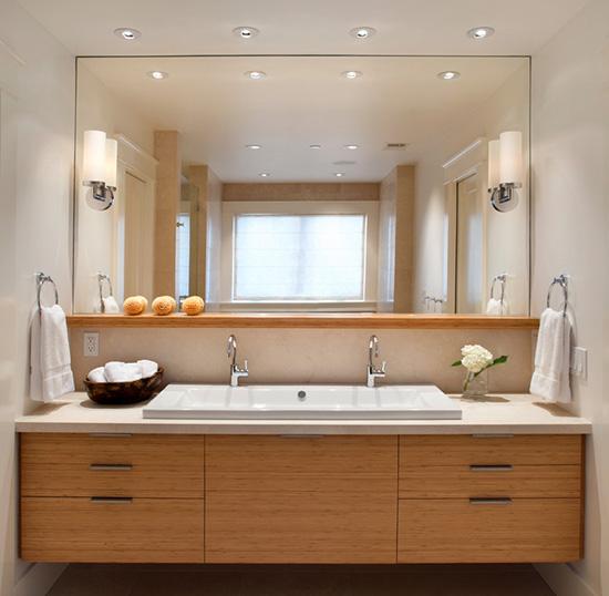 Освещение ванной комнаты с большим зеркалом