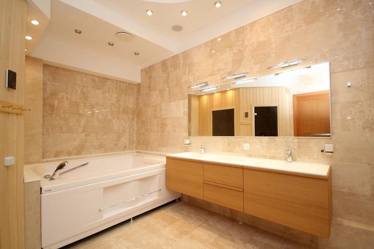 Пример яркого интерьера с приятным освещением в ванной комнате 2018
