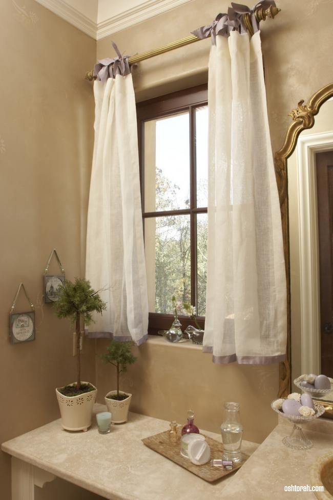 Шторы для ванной комнаты на окне