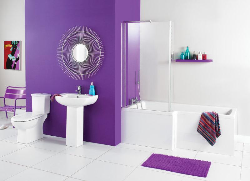 Сочетание белого и фиолетового цвета в ванной