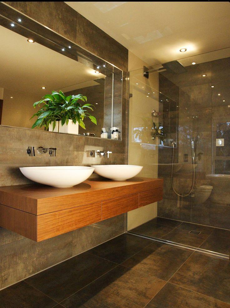 Точечное освещение в ванной создает мягкий свет