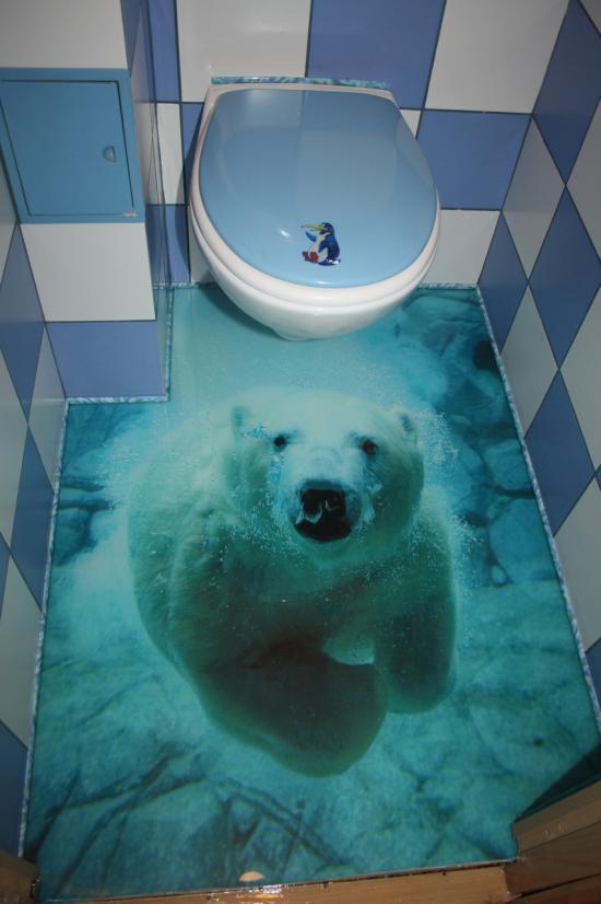 В санузле установлен наливной пол с 3D изображением белого медведя под водой