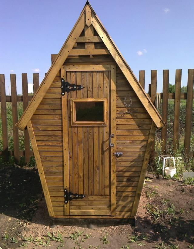 Дачный туалет из дерева