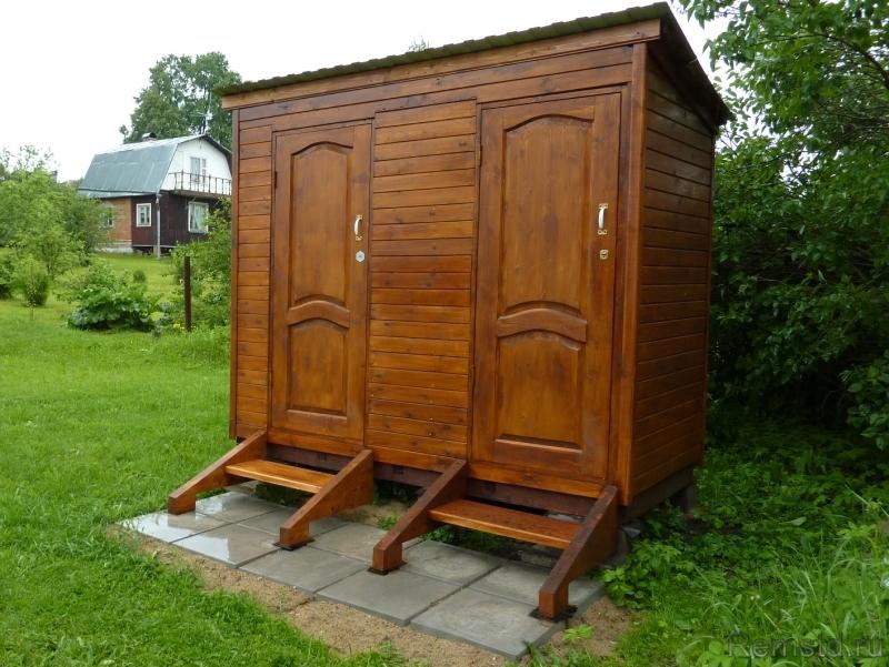 Деревянный дачный туалет с хозблоком