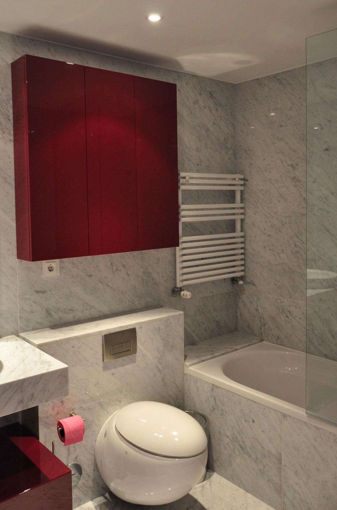 Красный квадратный шкаф как декор ванной