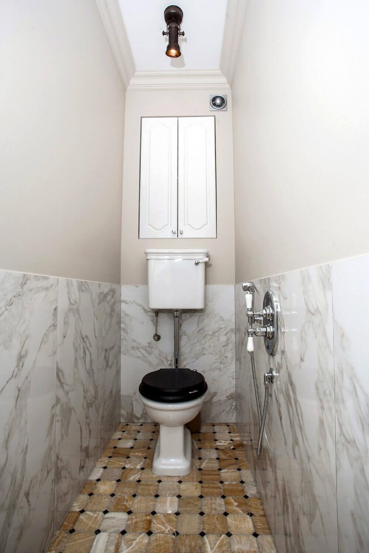 Небольшая туалетная комната