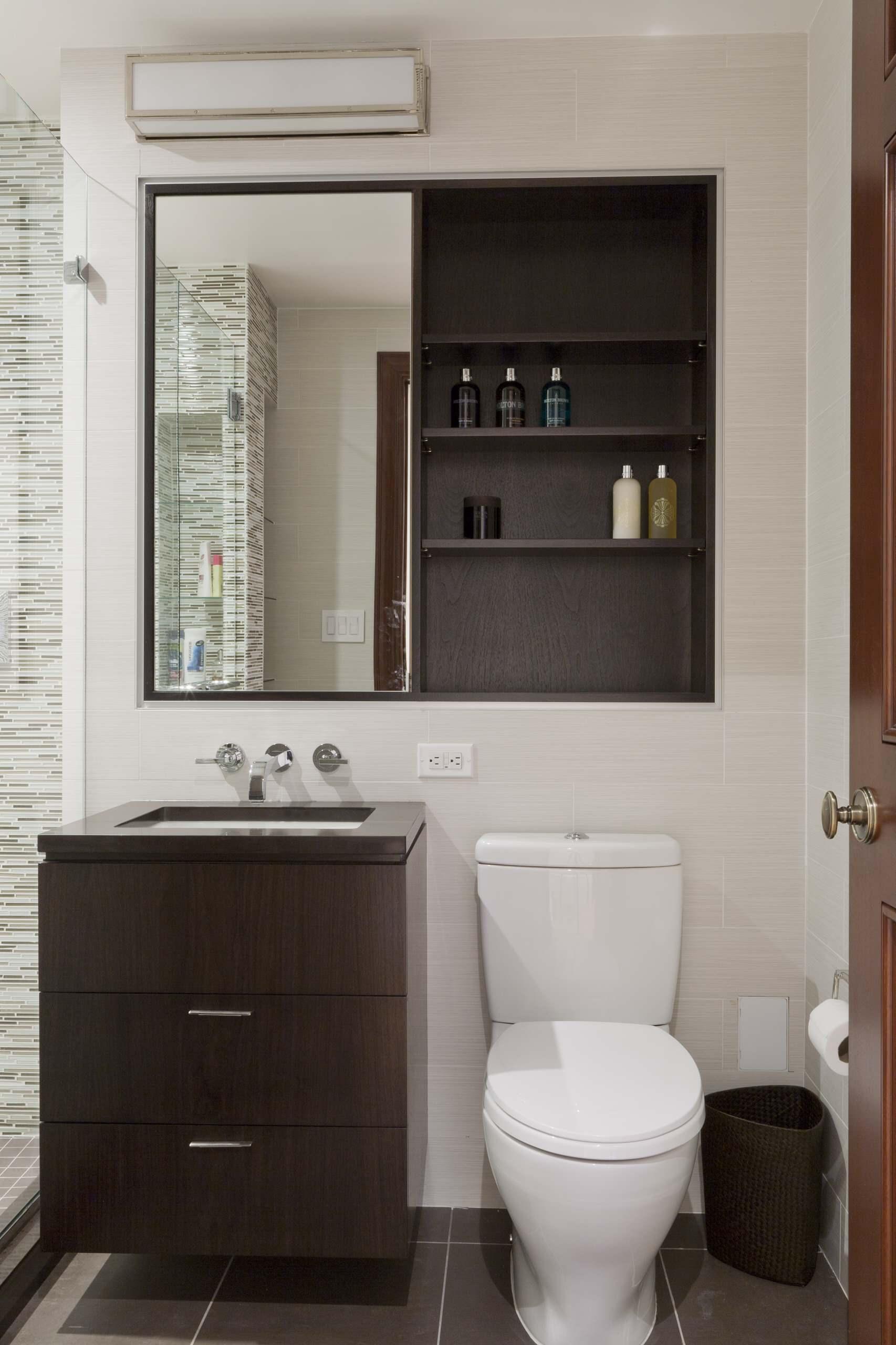 Полки в туалете за унитазом