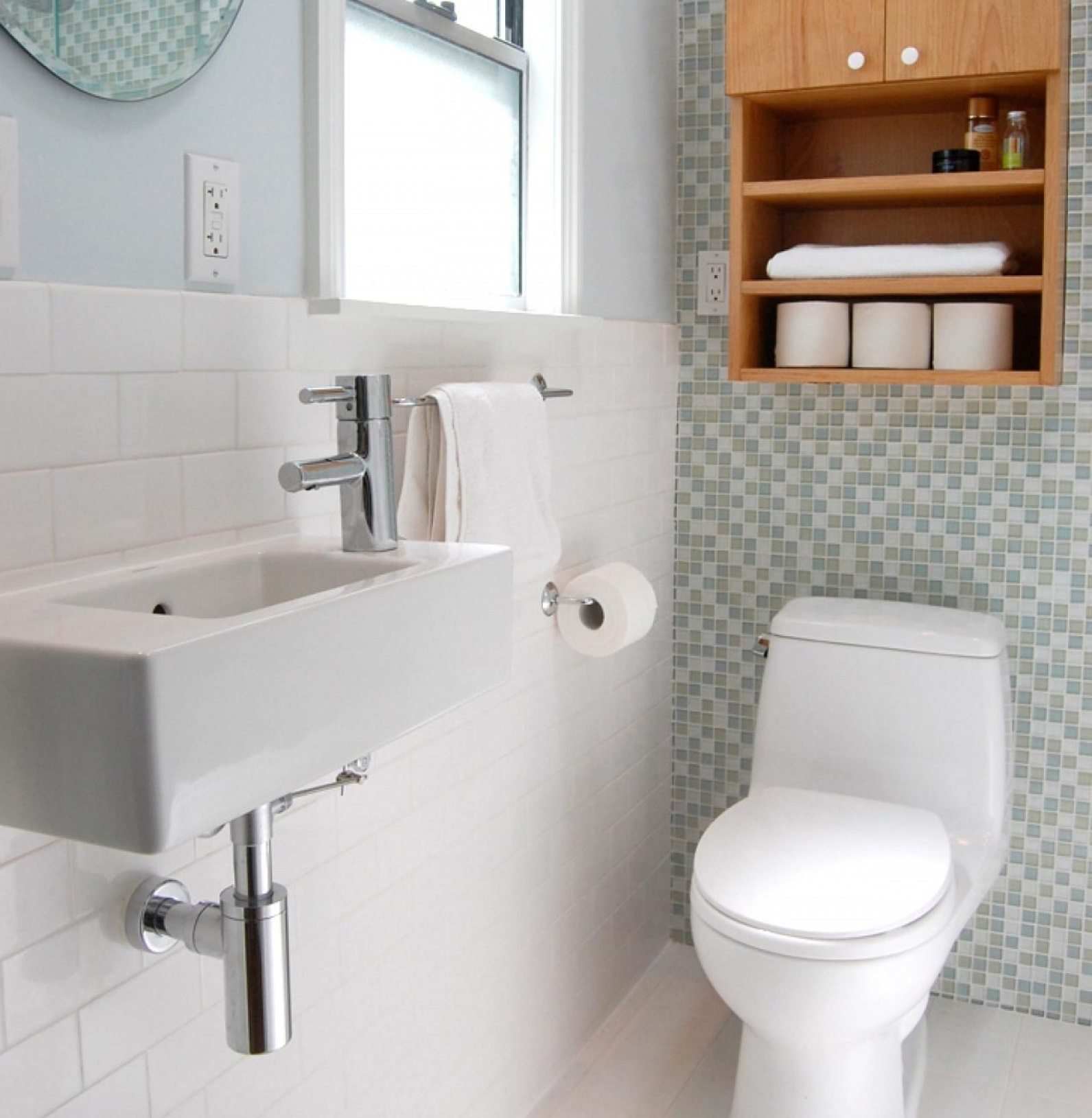 В туалете можно разместить умывальник с раковиной небольших размеров
