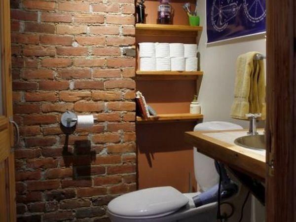 Санузел в стиле лофт с кирпичными и оштукатуренными стенами